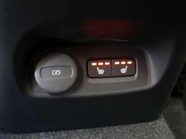 リアシートにもシートヒーターを装備。4席全てで独立した調整が可能です。