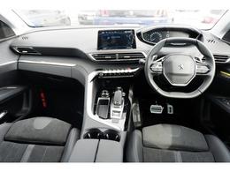 i-Cockpitと呼ばれるプジョ-独自の運転席です。驚くほど小さなステアリング、高い位置に配したスピ-ドメ-タ-類、シンプルな室内の雰囲気は日常の喧騒を忘れさせてくれます。