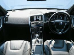 2014年モデルXC60T5Rデザイン入荷♪外装はオプションのブラックサファイヤ、内装はRデザイン専用ブラックレザーシート♪内外装ともに使用感が少ない1台です。ぜひ現車をご覧くださいませ♪