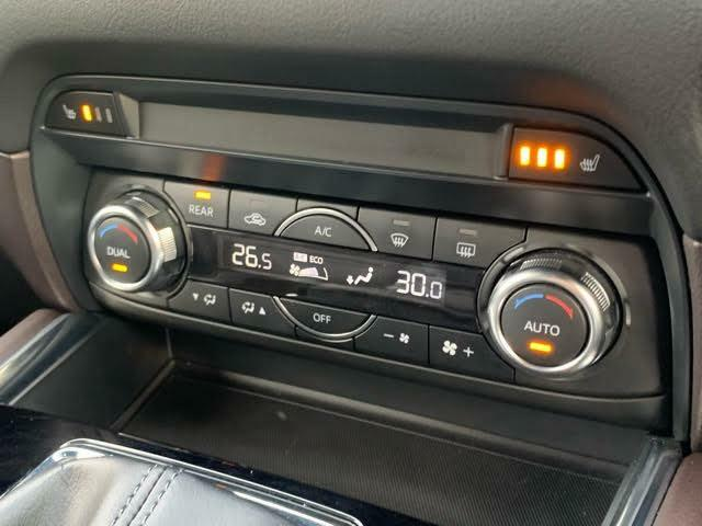 余計な操作の手間が無いフルオートエアコン。視線の移動や手を動かす必要がないということは、安全装備のひとつとも言えるでしょう。フロントシートにはシートヒーターも装備しています。
