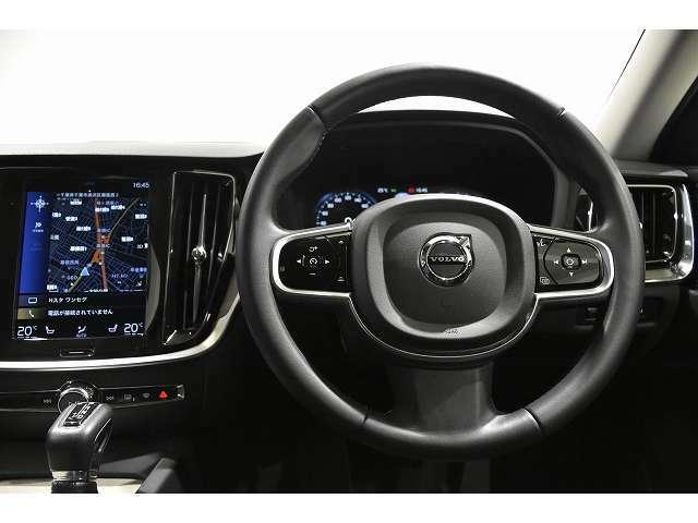 ステアリング周りのスイッチは、寒い北欧で、ドライビンググローブをしたままでも操作がし易い大きさで、運転中の安全にも寄与します。