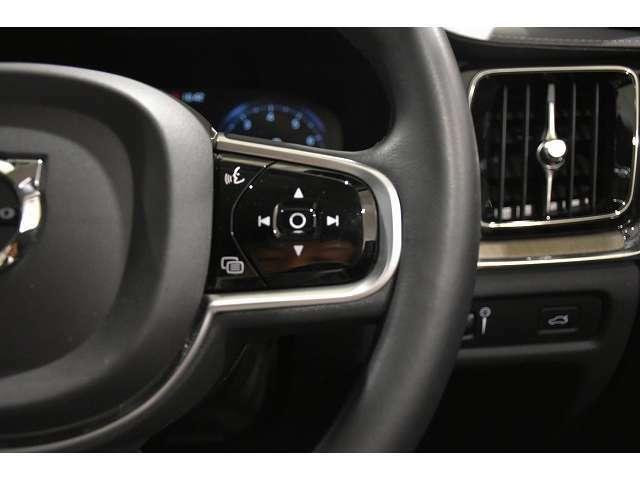 ステアリングスイッチ右側は、オーディオコントロール、ボイスコントロールのスイッチです。