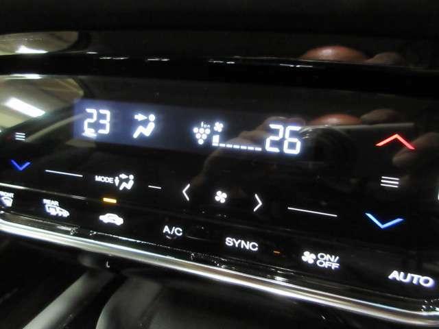 温度を設定すれば自動で風量や風向を調節してくれるオートエアコン付き!