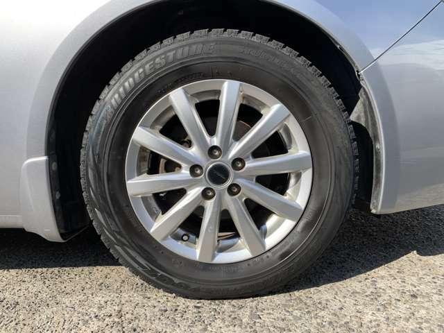社外15インチAWにスタッドレスタイヤを履いており、タイヤサイズは195/65R15、タイヤ山はおおよそ各4分山程度、スペアタイヤ積込みです。 ちゃんとタイヤ4本ついてます!前に走ります!曲がります!