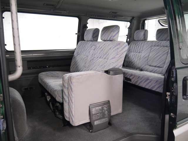 セカンドシートは一席がジャンプシートになっていて、通路の確保も可能です!