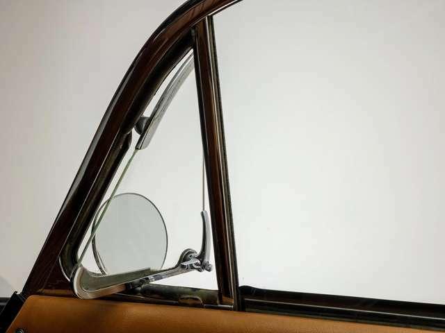 内側からレバーを回して押すことで開閉する三角窓。最近では味わえないドライブを演出いたします。また走行時、程よい風を通すことができ、アナログではあるものの機能的にも優れています。