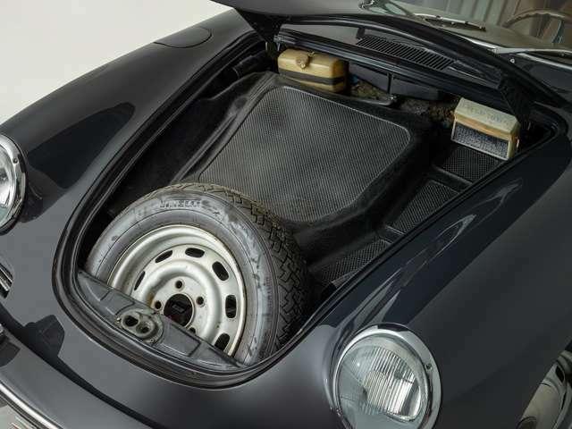 RR(リアエンジンリア駆動)のため、フロントボンネットを開けると、スペアタイヤ、工具類が収まっています。