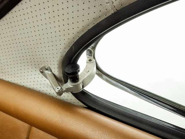 前席の三角窓と同様、レトロな雰囲気のリアシート横の窓。隙間程度(写真ご参照)の開閉とのため、空気の入れ替え時にご活用ください。