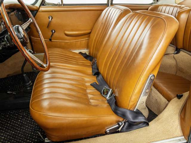 356Cからシートクッションが下げられ、着座位置が低くなり、よりスポーツカーに近い目線となっています。また356Cから革素材が柔らかいものに変更されています。