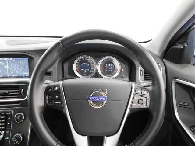 スッと掌に馴染む質感の良い本革巻ステアリング♪ ドライビングフィールは女性にも優しく乗り易いです