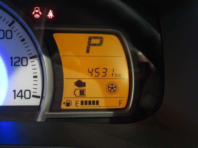 【メーター周囲(走行少)】走行距離6千km。走行距離が少ないクルマです。メーターの視認性もよく改定な安全運転ができますね。