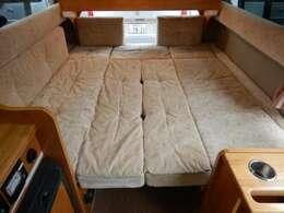 ベットサイズは縦180cm横160cmと大人3名就寝可能!
