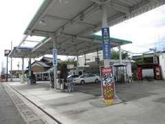 ガソリンスタンド併設です。国道1号線沿いですので、お気軽にお立ち寄りください! ☆無料電話:0066-9711-038184☆