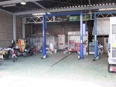 整備工場です!店舗から車で約5分!近い場所にあるため、整備もスピーディーに行うことができます。二柱リフト完備しています。