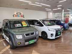 国産、輸入車各メーカの上質な中古車を常時20台以上展示中。天候に関係なくゆっくりとお車をご覧いただけます。