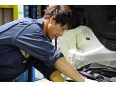 自社整備工場(近畿陸運支局指定)を保有しております!検査ラインでは熟練したメカニックが、車検の規定検査を行っております。