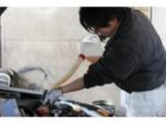ひとつひとつのポイントを丁寧に分解・洗浄・グリスアップしていきます!熟練の技と知識でおクルマの整備をいたします!
