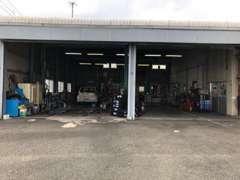こちらの認証工場で、一台一台丁寧に整備点検を行っています。