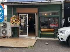 青と緑の建物が目印です!店内にもレーシングカートの展示がございます!