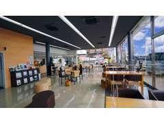 広々とした商談スペースでゆっくりおくつろぎください。コーヒーやジュースなどお飲物をご用意してお待ちしております。