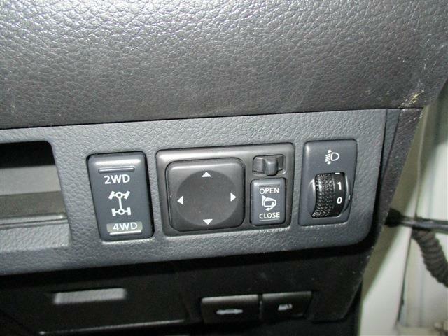 2WD・4WD切替スイッチ、電動格納サイドミラー付きです。