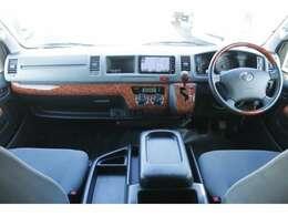 Wエアバッグ/ABS/キーレス/イモビライザー/社外ドライブレコーダー/フロントオートエアコン/リヤクーラー/リヤヒーター/純正フロアマットが装備されています。
