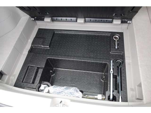 ハイブリッドモーターを積んでいても床下収納スペースは確保してあります。