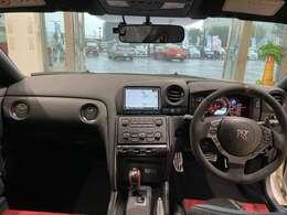 内装は、ニスモのアイデンティティカラーを採用した専用カーボンセミバケットシート!よりドライブをお楽しみ頂けます。