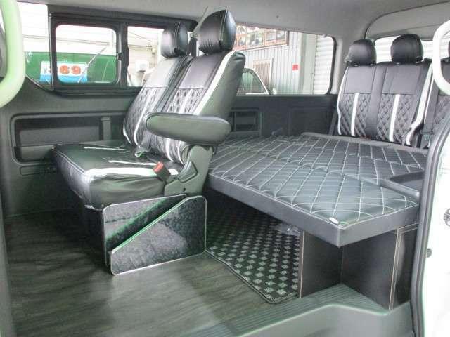 コンプリートセットのベッドキットタイプ2!180×170の広大なベッドスペース!4列目シートを跳ね上げ、ベッドマットを外せば広々ラゲッジスペース!
