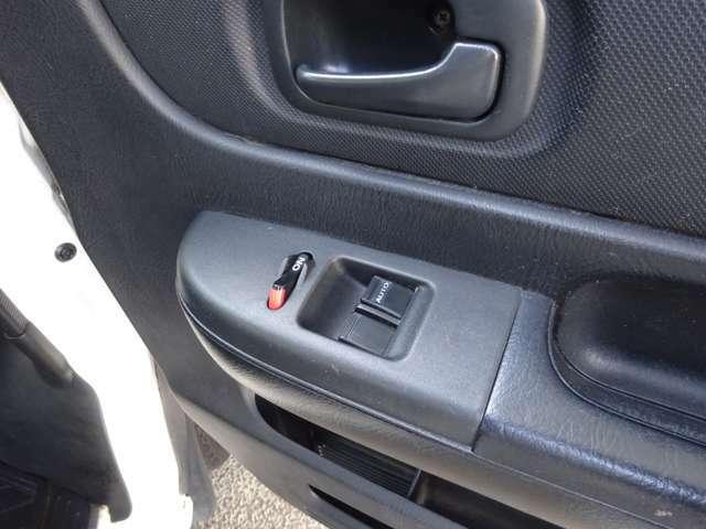 運転席ドアパネルです。パワーウィンドウメインスイッチ、左右窓開閉スイッチです。運転席窓は、スイッチを強く押すと自動で全開し、強く引き上げると全閉します。とても便利です。
