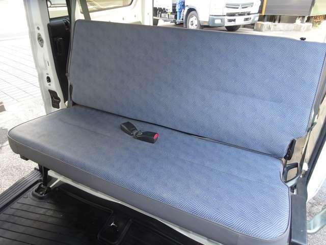 後席シートです。ベンチタイプながらゆったり座れます。また簡単に格納し、荷室を拡張出来ます。便利です。