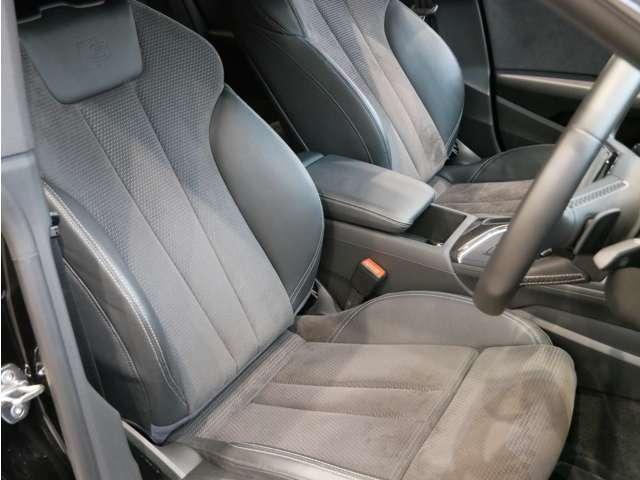 アルカンターラ/レザーのスポーツシートを装着。スライド、高さ、リクライニング、座面角度などは電動で調整可能です。