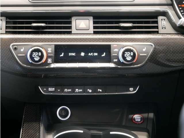 運転席、助手席、後席で温度設定が可能な3ゾーンオートエアコン。