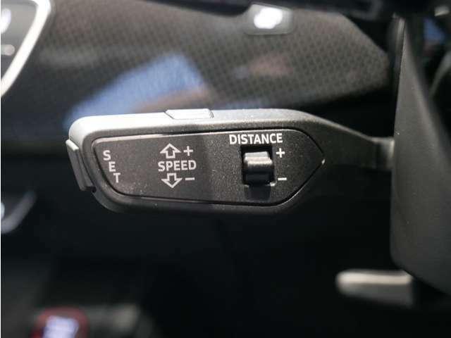 アクセルペダルを操作しなくても設定した速度を維持するクルーズコントロールに自動的に車間距離を保つ機能を追加。渋滞では先行車に合わせて減速や制動を行ない、先行車が停止したときは車両を停車します。
