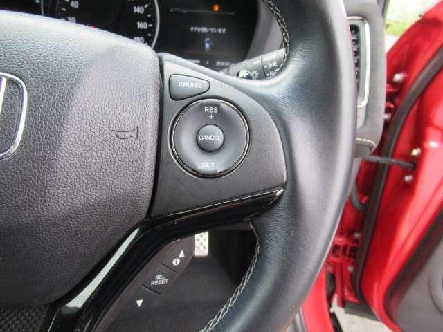 スイッチ操作で一定速度に走行を制御。加速、減速の少ない高速道路などでの運転をより快適にするクルーズコントロールを装備。