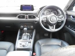 インテリアは高級感のあるデザインです。車内は落ち着いて快適に過ごすことができますよ。
