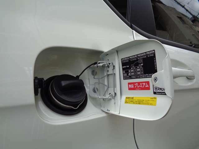 右サイドリアに有るフュエルリッドはドアロックに連動してロックが掛かる、開閉式となります。A180は輸入車なので、燃料はハイオク指定となっております。内部も勿論綺麗に清掃させて頂いてから御納車致します。