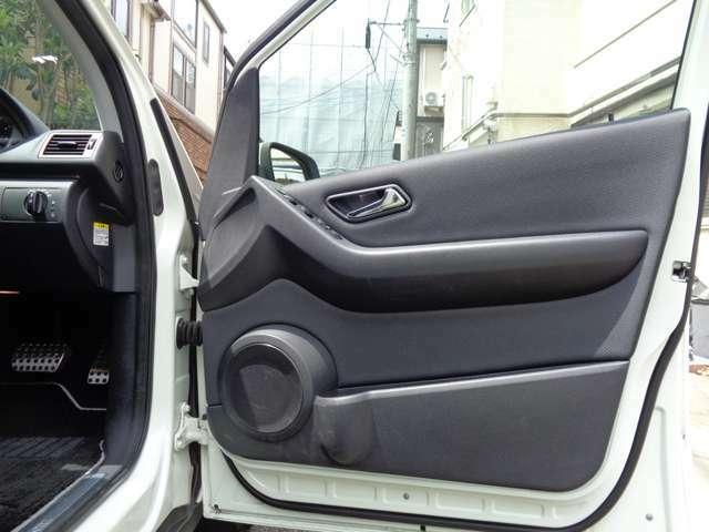 インテリアと同様のオフブラック限定デザイン、コンビスクエアーメルセデスデザインのインテリア。内張り下にはカップホルダーやスピーカー小物収納スペースを装備。まとまりのあるメルセデスデザイン最終型特別限定