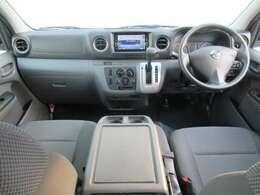 ディーラーオプションのメモリーナビ・ETC2.0・ドライブレコーダー・マニュアルエアコン・リモコンキ-等を装備する運転席まわり。