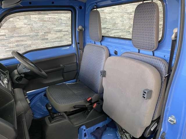 座面を上げる事で背の高い荷物も収納する事ができます。
