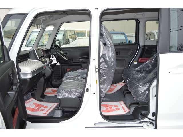 高い天井に低いフロア、前後にも開放感が広がるゆとりの設計、全てのシートに前後の位置を別々に調整できる独立型のシートスライドを採用しているので、体格に合わせて足もとまで広々としたスペースを確保します