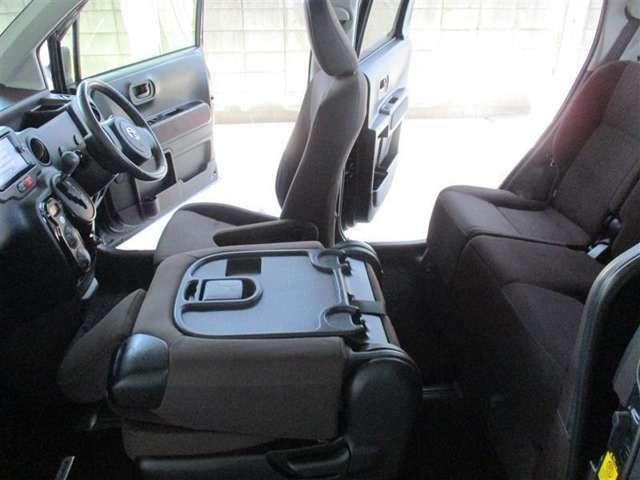 「助手席シートを倒す」助手席側から後部座席に乗り込むときはこのように助手席を倒して乗り込みます。