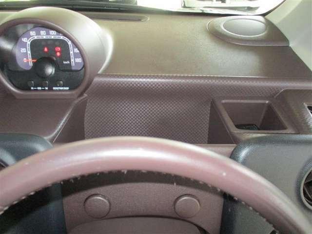 「運転席前の収納」運転席ハンドル前に小物入れの収納ボックスが付いています。様々な活躍が期待されます。