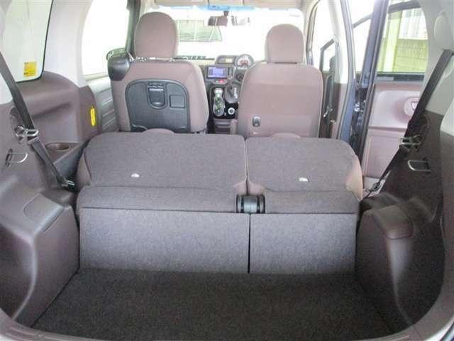 「後部座席は倒れる」後部座席に人が乗らない時には、シートを折り畳めます。こうすると、長い荷物や大きな荷物も載せれます。