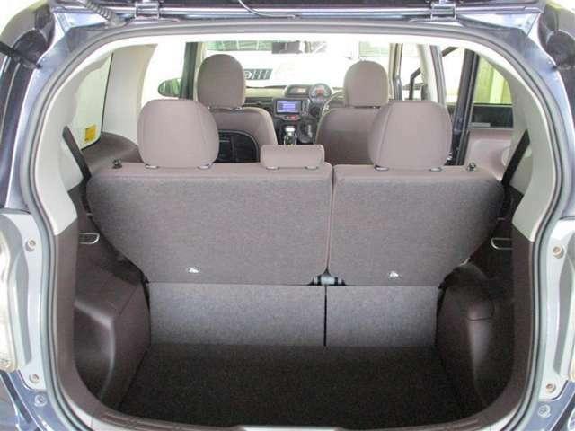 「トランクフロア」後部座席を使用してトランクルームを見てもこのサイズにしてはなかなか広いトランクスペースですね。