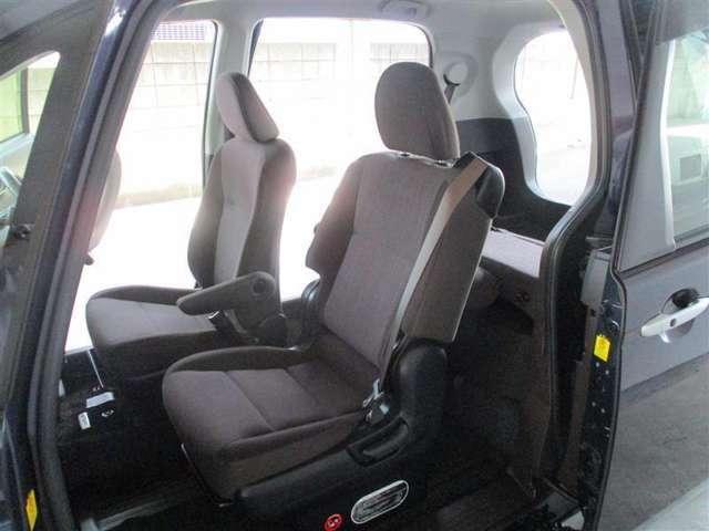 「助手席側は大型スライドドア」スペイドの特徴的な助手席側は、一枚の大型スライドドア!後部座席に乗るときは助手席を倒します。