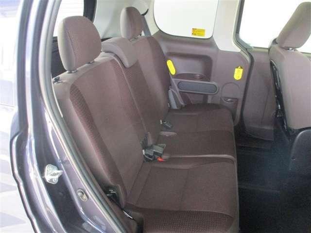 「後部座席」「まるまるクリーニング」シートを全部外して除菌清掃作業しています。小さな子供さんにも安心ですね。