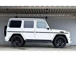 ホワイトのボディにブラックの22インチホイールがとてもよく似合います。