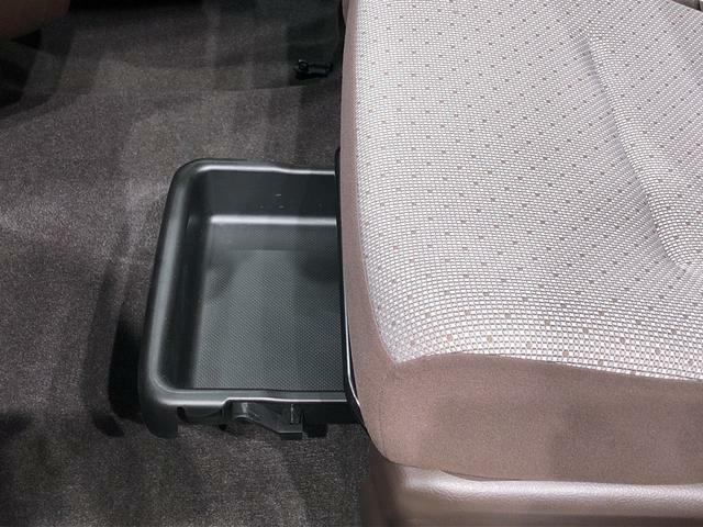 助手席下にはシートアンダートレイが付いています。