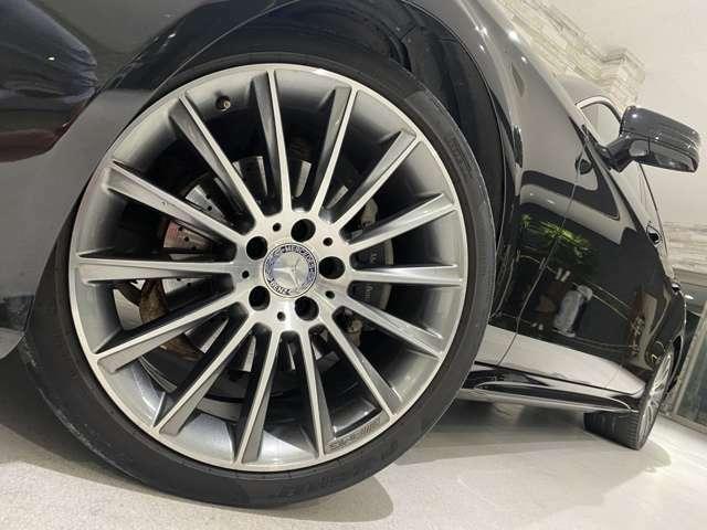 AMG製の19インチ純正専用ホイールとなります。